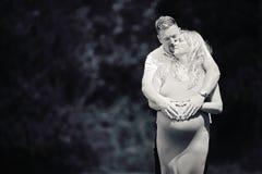 怀孕的夫妇母道心脏 库存照片