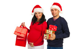 怀孕的夫妇藏品圣诞节礼品 免版税图库摄影