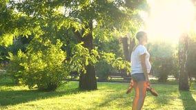 怀孕的女孩在户外公园 影视素材