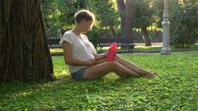 怀孕的女孩在户外公园 股票视频