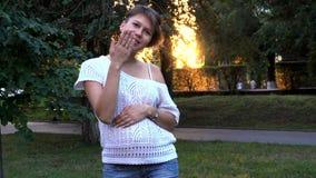 怀孕的女孩在户外公园 股票录像