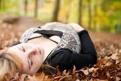 怀孕的女孩在森林里 库存图片
