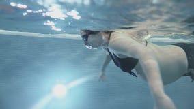 怀孕的女孩美好的游泳 埃及摄影热带水下的水 股票录像