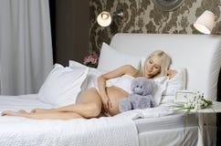 怀孕的女孩 库存照片