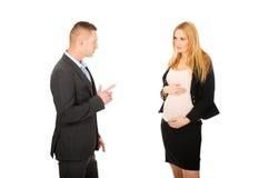 怀孕的女实业家谈话与她的伙伴 免版税库存照片
