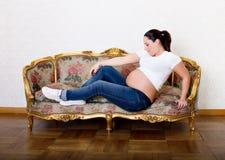 怀孕的妇女放松 库存照片