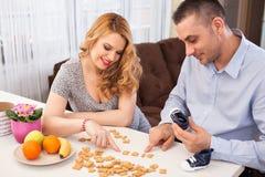 怀孕的少妇和她的丈夫 免版税图库摄影