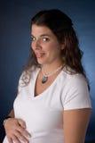 怀孕的微笑的妇女 免版税库存图片