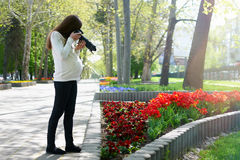 怀孕的摄影师在拍照片的工作 免版税图库摄影