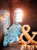 怀孕的新娘金发碧眼的女人准备成为母亲和妻子 在女孩身体的长的绿松石礼服 卷发和美丽 免版税库存照片
