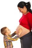 怀孕的母亲和她的儿子 免版税库存照片