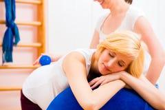给怀孕的母亲的接生婆产前护理 免版税库存照片