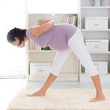 怀孕的瑜伽。 免版税库存照片