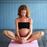 怀孕的瑜伽 免版税库存照片