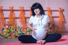 怀孕的瑜伽 免版税库存图片