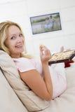 怀孕的电视注意的妇女 免版税库存照片