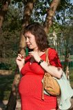 怀孕的红色妇女 免版税库存照片