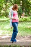 怀孕的红头发人妇女 免版税库存照片