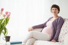 怀孕的美丽的妇女 图库摄影