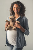 怀孕的美国黑人的女孩 库存照片