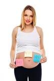 怀孕的腹部男孩女孩孪生在贴纸,等婴孩,家庭育儿概念的妇女的图片 年轻人孕妇 库存照片