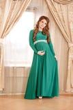 怀孕的衬衣白人妇女 免版税库存照片