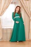 怀孕的衬衣白人妇女 免版税图库摄影