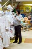 怀孕的购物妇女 库存图片