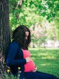 怀孕的womant看的腹部 免版税库存照片