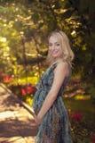 怀孕美丽的女孩的公园 库存照片
