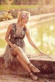 怀孕美丽的女孩的公园 免版税图库摄影