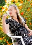 怀孕美丽的女孩 免版税库存照片
