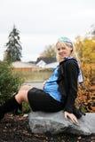 怀孕美丽的白肤金发的女性 免版税库存照片