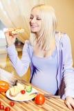 怀孕美丽的金发碧眼的女人和健康食物 免版税库存照片
