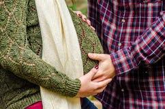 怀孕美好的夫妇 免版税库存图片