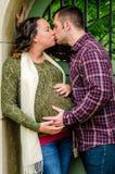 怀孕美好的夫妇 免版税库存照片