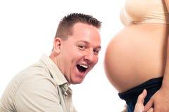 怀孕腹部兴奋预期的父亲 免版税库存照片
