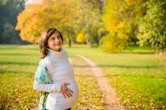 怀孕-愉快的妇女本质上 图库摄影