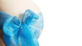 怀孕 男孩 胃 蓝色弓 期望 库存图片