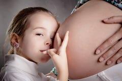 怀孕dauther的母亲 免版税库存照片