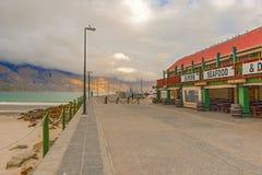 怀有与小船和海鲜餐馆, Hout海湾,开普敦, 免版税图库摄影