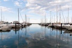 怀有与站立在它,密歇根湖,芝加哥,伊利诺伊,美国的游艇 免版税库存图片