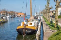 怀有有历史木帆船的荷兰城市梅登布利克 免版税库存照片