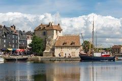 怀有有被停泊的帆船和餐馆的历史的城市翁夫勒 库存图片
