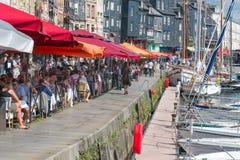 怀有有被停泊的帆船和餐馆的历史的城市翁夫勒 库存照片