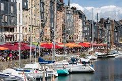 怀有有被停泊的帆船和餐馆的历史的城市翁夫勒 免版税库存图片