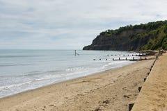 怀特岛郡海滩Shanklin英国英国、普遍的游人和假日地点东海岸Sandown的海岛咆哮 图库摄影
