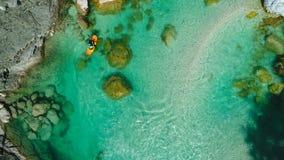 怀特沃特漂流在Soca河,斯洛文尼亚鲜绿色水  免版税库存照片
