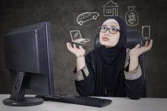 怀疑她的梦想的阿拉伯妇女 库存照片