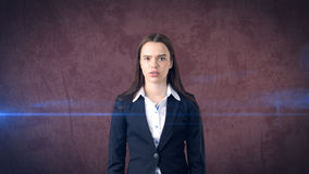 怀疑长发美丽的女实业家画象,红色背景 免版税库存图片